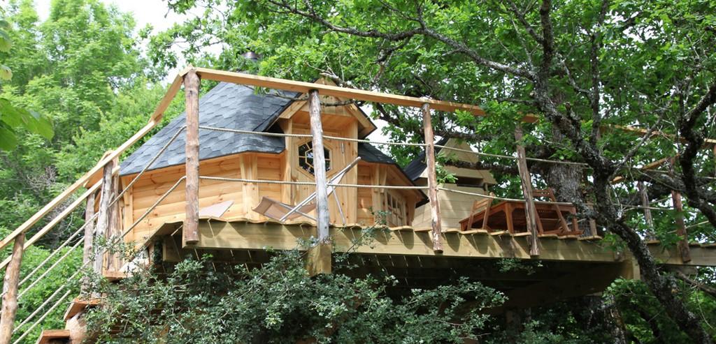 cabane perch e arbre voler avec les oiseaux cabanes arbres cantal. Black Bedroom Furniture Sets. Home Design Ideas