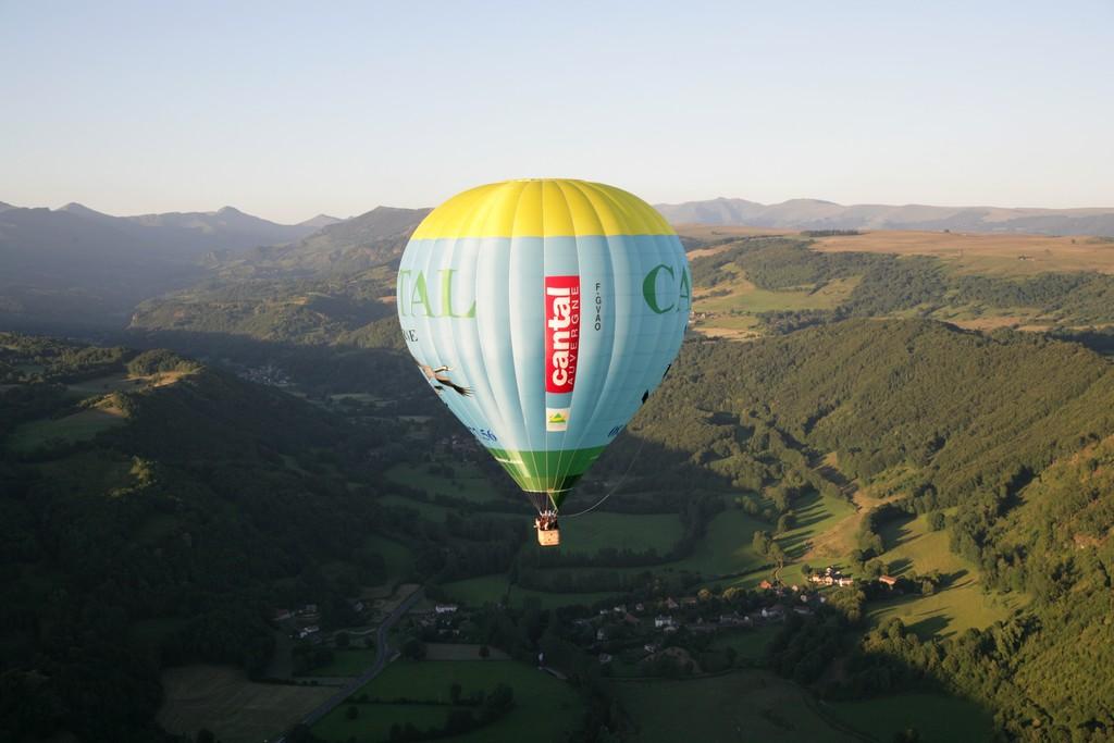 Vol en montgolfière, au pied du Volcan Cantal Auvergne